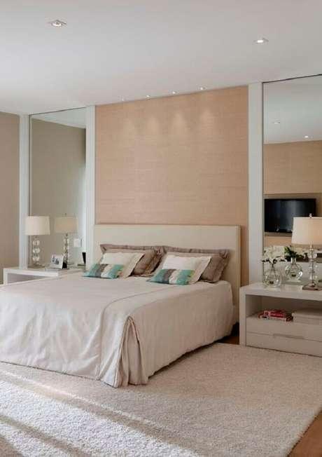 47. Quarto bege e branco decorado com parede espelhada – Foto: Casa de Valentina