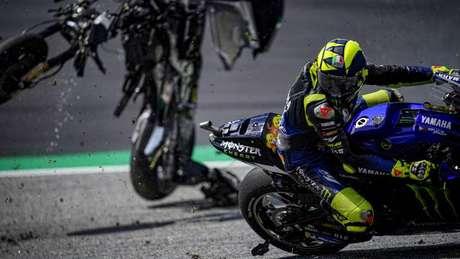 O filete que a moto destruída de Zarco, uma Ducati, tirou de Rossi pode ser visto aqui, no momento em que Valentino fazia o contorno do grampo do circuito