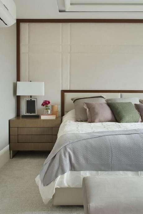 29. Decoração de quarto bege com moldura de madeira para parede estofada – Foto: Casa de Valentina