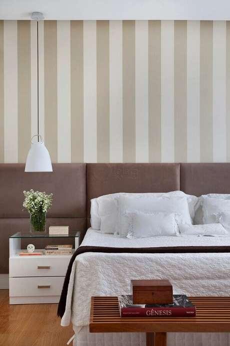 52. Papel de parede listrado para quarto bege decorado com luminária pendente – Foto: Lolafá