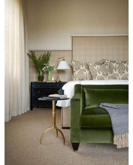 13. Criado mudo preto para decoração de quarto bege e verde – Foto: Chairish