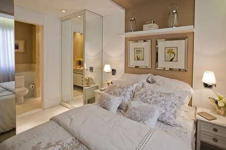 14. Abajur de parede para quarto de casal bege e branco decorado com guarda roupa espelhado – Foto: Pinterest