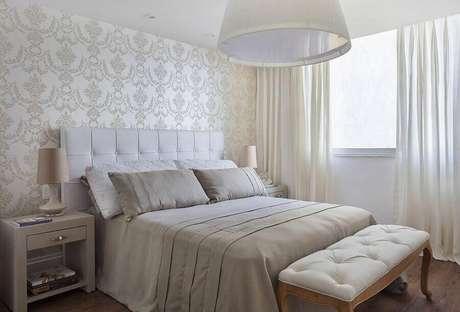 41. Papel de parede para quarto bege decorado com recamier capitonê – Foto: Sthel Fontenelle Arquitetura