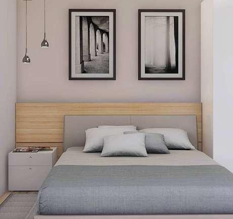 30. Decoração de quarto bege e cinza pequeno com cabeceira de madeira – Foto: Studio MBS