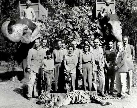 Fotos do casal real em uma caça a um tigre na Índia em 1961 geraram críticas pesadas