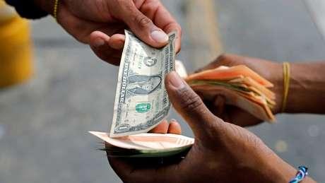 Notas de dólar de baixo valor são escassas na Venezuela