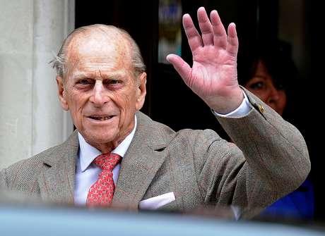 Príncipe Philip acena para os jornalistas ao deixar hospital em Londres 09/06/2012 REUTERS/Paul Hackett