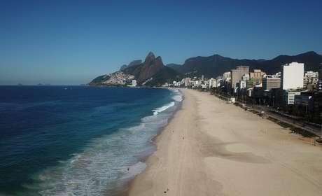 Praia de Ipanema vazia em razão das medidas de restrição para conter o coronavírus, Rio de Janeiro 21/03/2021 REUTERS/Pilar Olivares