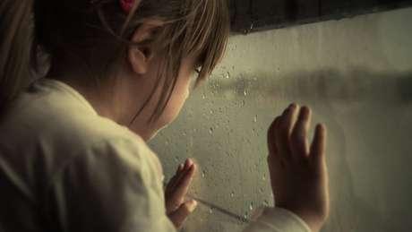 Um dos principais alertas de que algo errado pode estar acontecendo é a mudança drástica de comportamento da criança