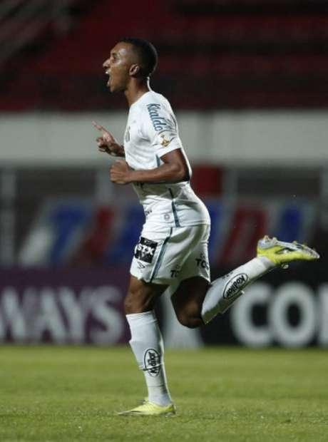 Lucas Braga comemora seu gol na vitória do Santos diante do San Lorenzo (Foto: Natacha Pisarenko / POOL / AFP)