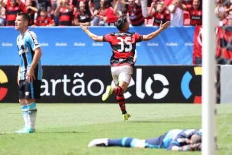 Diego comemora gol na estreia (Foto: Gilvan de Souza / Flamengo)