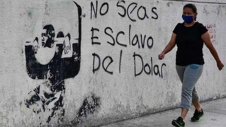 Dólar é alívio para muitos venezuelanos diante de desvalorização do bolívar
