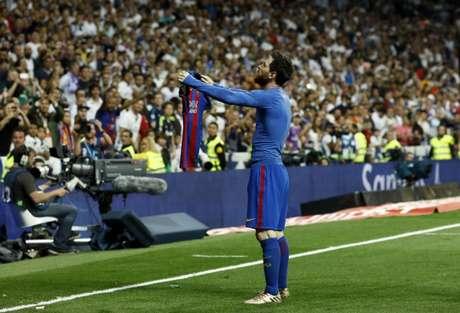 Messi celebra de forma icônica após marcar o gol da vitória do Barcelona contra o Real Madrid no Bernabéu em 2017 (OSCAR DEL POZO / AFP)