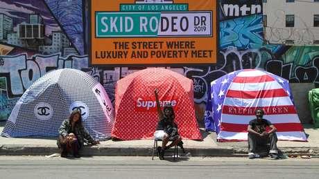 Em 2019, o artista Chemical X instalou essas barracas com logotipos de marcas de luxo em zonas de Los Angeles onde vivem milhares de moradores de rua para denunciar as desigualdades que existem na cidade