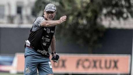 Ariel Holan passa instruções para seus comandados em treino no CT Rei Pelé