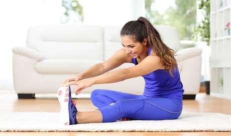 Alongue o quadril e a coxa da maneira correta e evite lesões