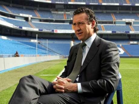 Jorge Valdano em entrevista no Estádio Santiago Bernabéu quando ainda era diretor do Real Madrid (Foto: AFP)