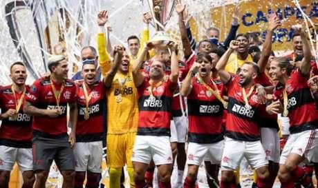 Bicampeão! Flamengo levantou o caneco (Foto: Lucas Figueiredo/CBF)