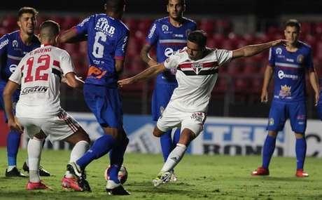 Eder fez o quinto gol do São Paulo na goleada contra o São Caetano (Foto: Rubens Chiri/ São Paulo FC)