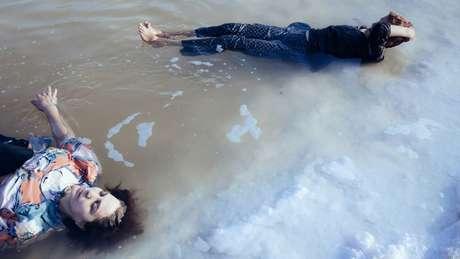 Mulheres tomam banho no que restou do lago em 2014
