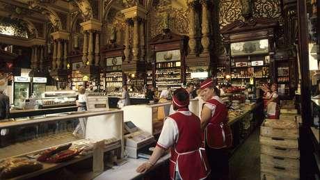 A loja ainda prosperava na década de 1990, retratada aqui. No entanto, mais recentemente, as prateleiras estavam frequentemente vazias