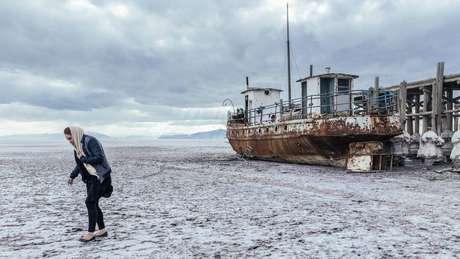 O leito seco do lago é fonte de poeira salgada que pode ser convertida por fortes ventos em tempestades de areia