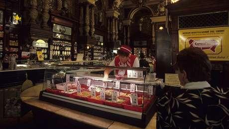 A loja, retratada aqui em 1998, ainda era movimentada e tinha prateleiras cheias