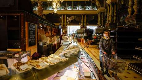 Cercada por lustres de cristal, porcelanas, colunas de mármore e pinturas a óleo, loja foi inaugurada em 1901 e completou seu 120º aniversário 5 de fevereiro de 2021