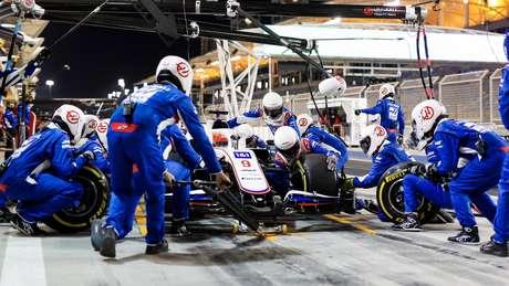 """Trabalho da Haas no carro do """"intocável"""" Mazepin."""