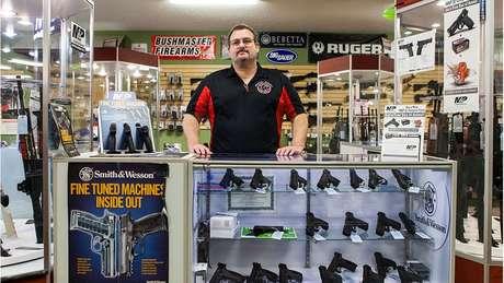 Para comprar armas de fogo em lojas nos EUA, você precisa atender a certos requisitos