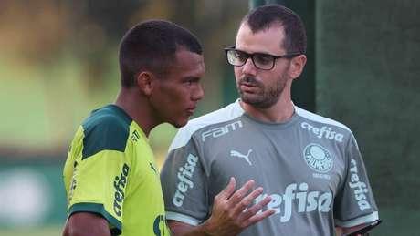 Veron e o fisiologista Vinicius Ponzio durante treinamento na Academia de Futebol (Foto: Cesar Greco)