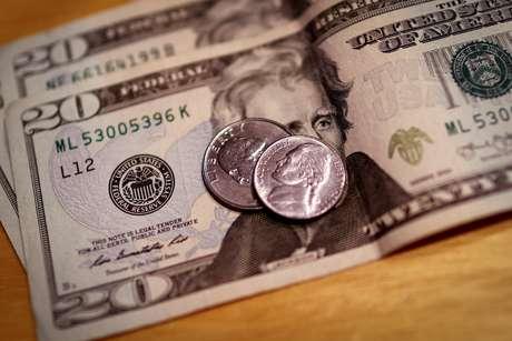 Notas e moedas de dólar. 6 de março de 2020. REUTERS/Mike Segar