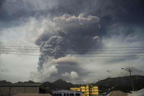 Cinzas e fumaça do vulcão La Soufriere em Kingstown   9/4/2021   REUTERS/Robertson S. Henry