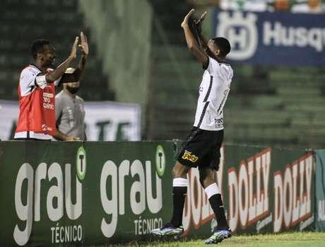 Cauê foi abraçar Jô logo após marcar o gol da vitória do Corinthians (Foto: Rodrigo Coca/Ag. Corinthians)