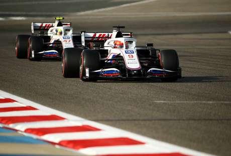 Nikita Mazepin e Mick Schumacher têm um carro lento em 2021