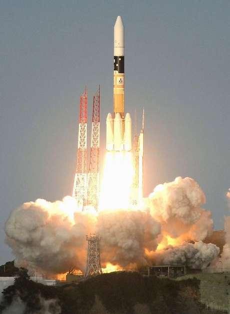 Foguete levando satélite da Telesat é lançado em região de do Japão. 24/11/2015.  Mandatory credit REUTERS/Kyodo