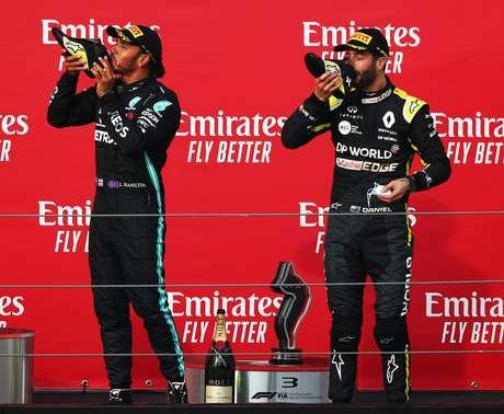 Hamilton aprecia a champanhe na sapartilha de Ricciardo no pódio em Ímola/2020