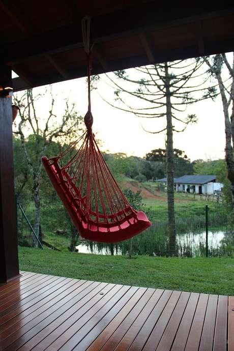 28. Decore a varanda da casa de campo com uma linda rede cadeira suspensa. Fonte: Bender Arquitetura