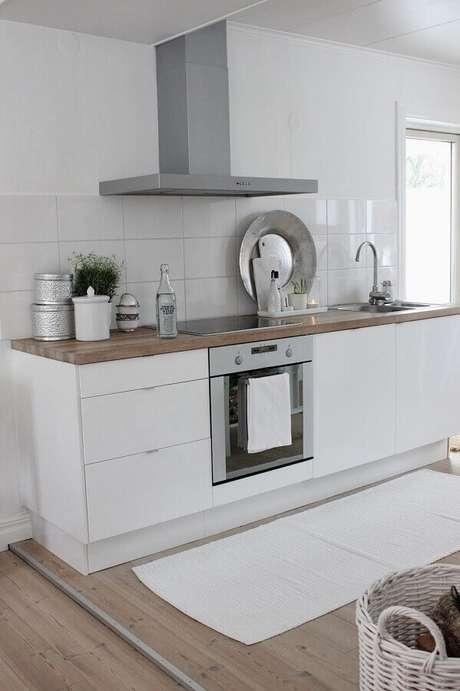 70. Modelos de tapetes para cozinha branca com decoração simples – Foto: Pinterest