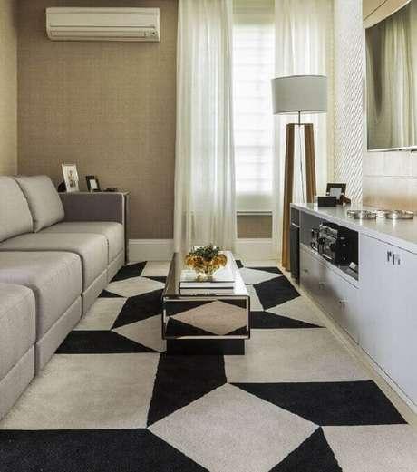 35. Modelos de tapetes geométricos para decoração de sala de TV pequena – Foto: Patrícia Kolanian Pasquini
