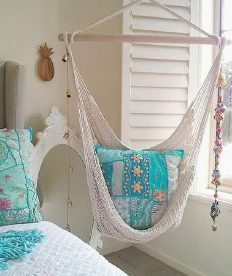 19. A almofada em patchwork alegra a cadeira de balanço rede. Fonte: Pinterest