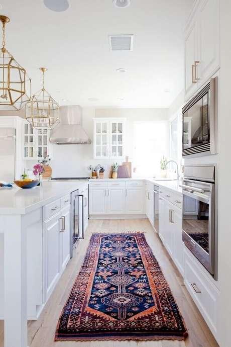53. Modelos de tapete para decoração de cozinha planejada toda branca – Foto: Jeito de Casa