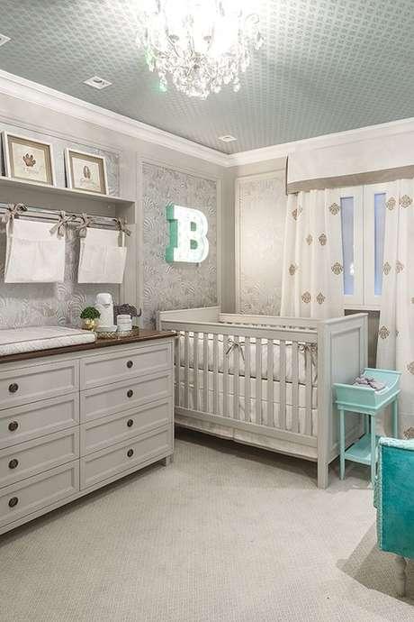 63. Quarto de bebe retro cinza e branco – Foto Constance Zahn
