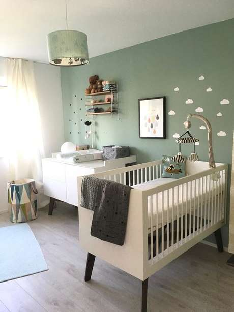 25. Quarto de bebe retro com parede verde e berço offwhite – Foto Couch Style