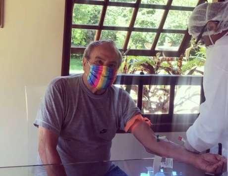 Stênio Garcia, 88, refaz os testes para covid-19 após ter resultado positivo nesta sexta-feira, 9