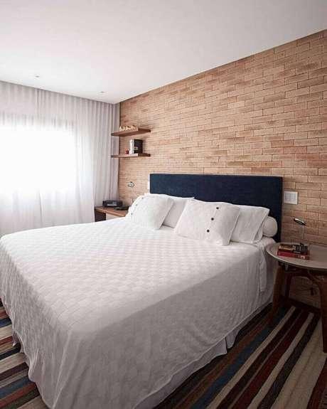 41. Modelos de tapetes listrados para quarto de casal decorado com parede de tijolinho – Foto: Korman Arquitetos
