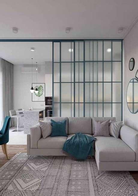 14. Modelos de tapetes para sala cinza moderna decorada com sofá de canto – Foto: Apartment Therapy