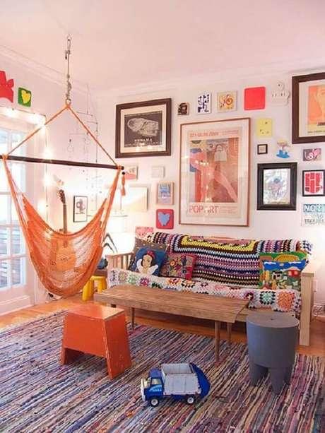 44. A cadeira de rede laranja se mistura na decoração da sala de estar. Fonte Pinterest