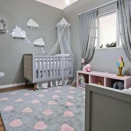 40. Decoração em tons de cinza para quarto de bebê com modelos de tapetes estampado com corações cor de rosa – Foto: Espaço Infantil