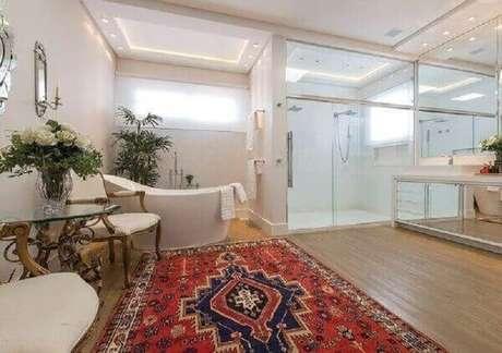 43. Que tal investir em modelos de tapetes persa para decorar seu banheiro de luxo? – Foto: Pinterest